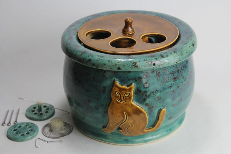 Medium sized cat drinking fountain with a 'Persian cat' spout
