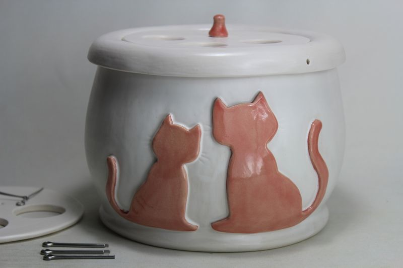 Small sized cat drinking fountain with a 'Persian cat' insert